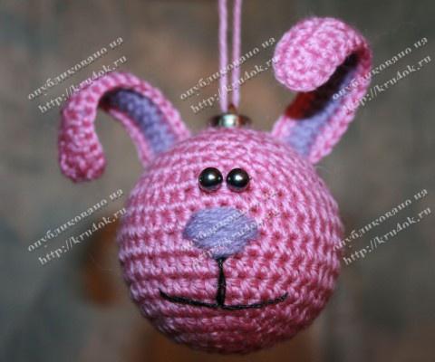 Вяжем зайце-шарика на елку крючком