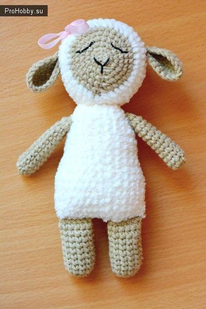 Вяжем овечку-сплюшку крючком