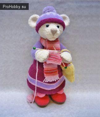 Вязаная спицами мишка-рукодельница от Алана Дарта