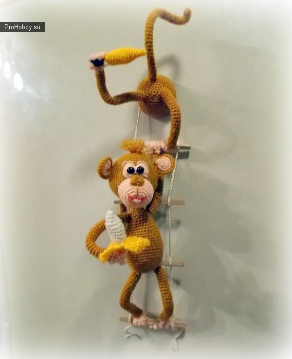 Вязаные обезьянки-воришки – магнит на холодильник