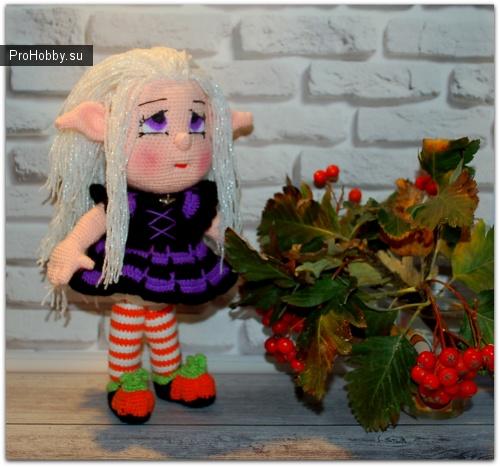 Девочка-эльф в костюме ведьмочки