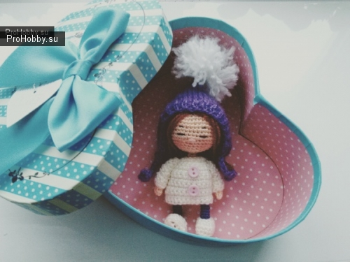 Маленькие куколки связаны крючком, ростом около 7 см, послужат хорошим подарком на любое торжество, украшением интерьера.
