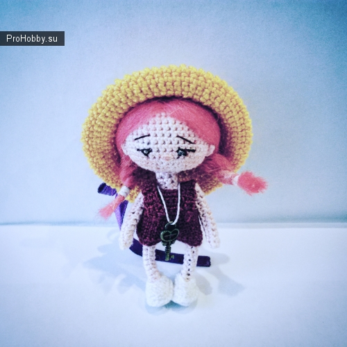 Куколка связана из хлопковой нити крючком, волосы привалены, глазки вышиты, ручки и ножки на проволочном каркасе, может стоять самостоятельно, шапочка и туфельки снимаются
