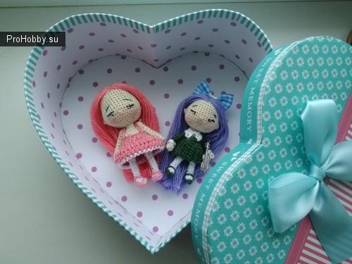 Куколки малышки в подарочной коробочке связаны крючком, на проволочном каркасе, рост от 7см до 5,5см