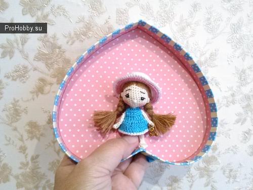 Куколка-сувенир, связана крючком, глазки вышиты, на проволочном каркасе, рост около 7 см.