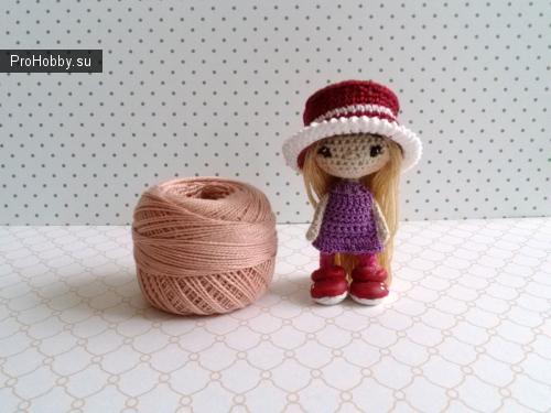 Куколка связана крючком из хлопковой нити, глазки вышиты, волосы пришиты, туфельки - пластик, одежда не снимается, рост 6,5 см, миниатюра.